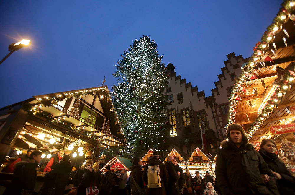 Description of . People visit a Christmas market in Frankfurt on December 20, 2012. German consumer morale dropped for the fourth month running to its lowest level in more than a year as shoppers become increasingly wary of the effect the euro zone debt crisis is having on Europe's largest economy. REUTERS/Lisi Niesner