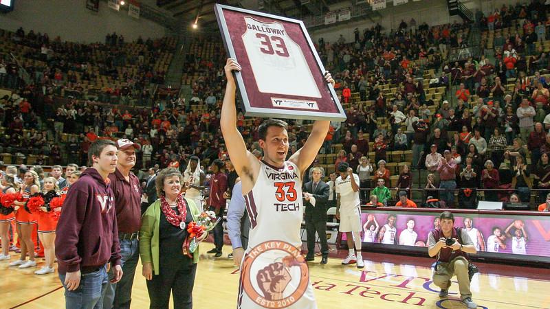 Matt Galloway holds up his framed jersey for the Cassell crowd. (Mark Umansky/TheKeyPlay.com)