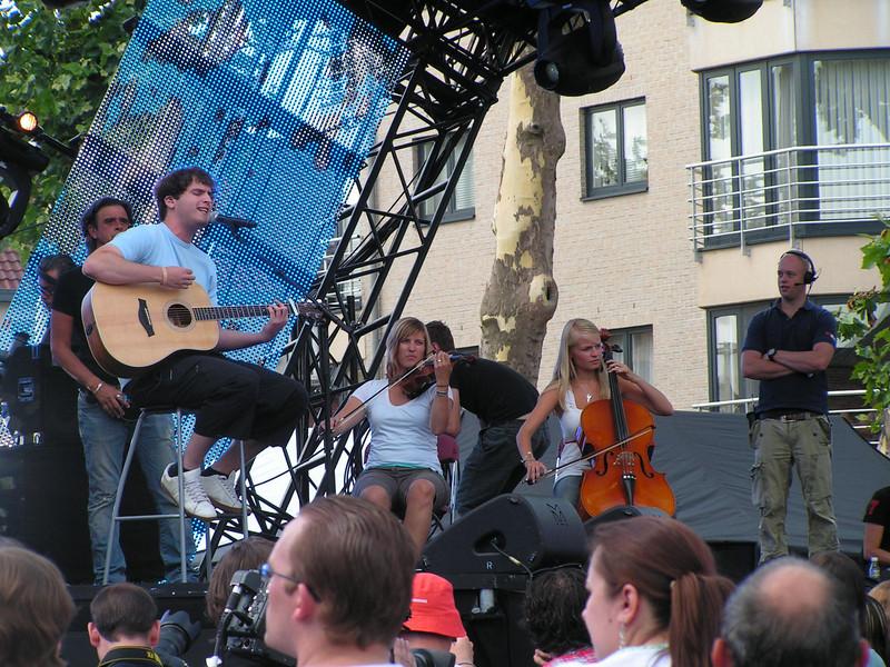 """'Tom Dice' Met zijn deelname aan X-Factor 2008 wist Tom vriend en vijand te overtuigen van zijn muzikale capaciteiten. Hij maakte grote indruk bij de juryleden en het publiek met nummers als 'Bleeding Love' (Leona Lewis), 'Ayo Technology' (Milow), 'Wonderwall' (Oasis), 'Seven Days' (Craig David) en het zelf geschreven 'Too Late'. Maurice Engelen verklaarde onmiddellijk na afloop van de finale reeds: """"Ik heb het volste vertrouwen in Tom. Hij is echt een zeer getalenteerd artiest en een uniek figuur. Hij heeft een enorm goede stem en de looks""""."""