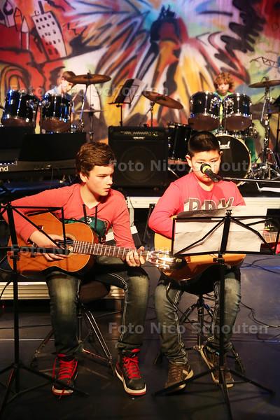 """eerste avond van Trias Music Fest, waarbij de leerlingen van het muziekcentrum Trias in Rijswijk, als bandjes optreden - Leon Fejzic (l) en Jimmy Hong spelen gitaar in de band """"Lucky number seven"""" - RIJSWIJK 14 APRIL 2015 - FOTO NICO SCHOUTEN"""