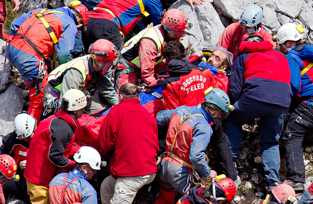 . Mountain rescuers carry cave researcher Johann Westhauser , center,  to a helicopter outside  the Riesending cave near Marktschellenberg, southern Germany, Thursday June 19, 2014.  (AP Photo/dpa,Nicolas Armer)