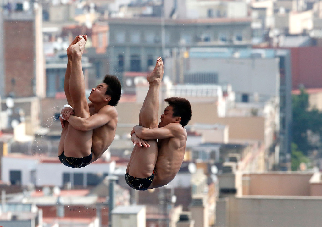. China\'s Zhang Yanquan and Cao Yuan perform during the men\'s synchronized 10-meter platform preliminary at the FINA Swimming World Championships in Barcelona, Spain, Sunday, July 21, 2013. (AP Photo/Michael Sohn)