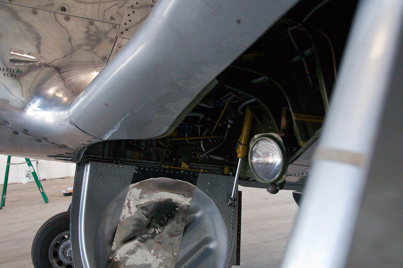 Main gear housing and landing light.  Have you ever seen an airliner that was this clean?  No, you haven't!