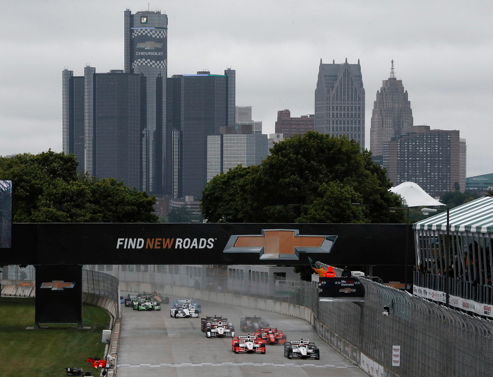 . The field takes the green flag to start the second race of the IndyCar Detroit Grand Prix auto racing doubleheader, Sunday, May 31, 2015, in Detroit. (AP Photo/Paul Sancya)