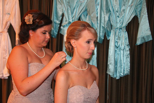 BRIDESMAIDS AND GROOMSMEN GETTING READY BEFORE CEREMONY
