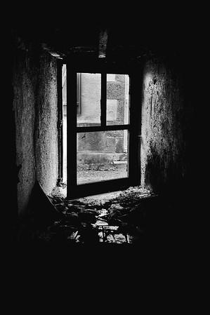 Portes et fenêtres  - Ruine à bascule à Assé le Béranger