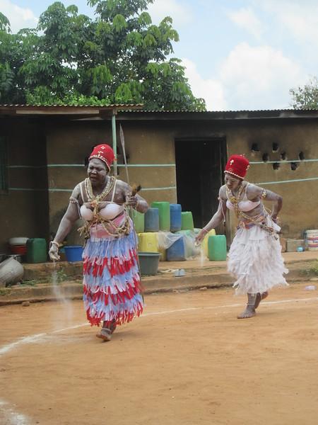 026_Femmes Fétiches Komians. 12 de 20. Les Danses Komians. Le chapeau rouge signifie que la danseuse est graduée (statut de prêtresse).JPG
