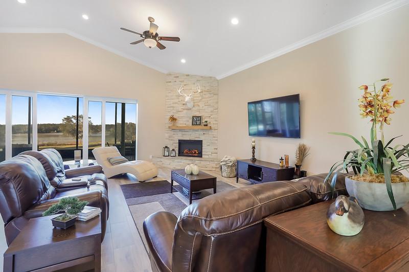 Livingroom2w4bracketsIMG_6978.jpg