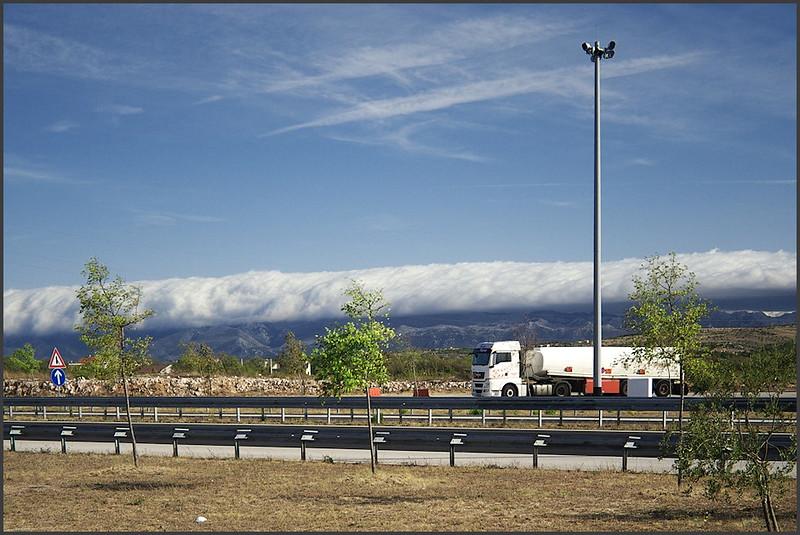Pohled vskutku úchvatný (jen škoda, že nebyl èas vyfotit to nìjak líp než od benzínky s dálnicí a cisternou)