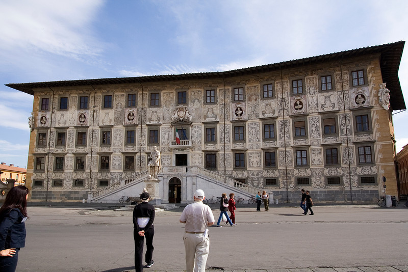 Palace in Town Square Pisa.jpg
