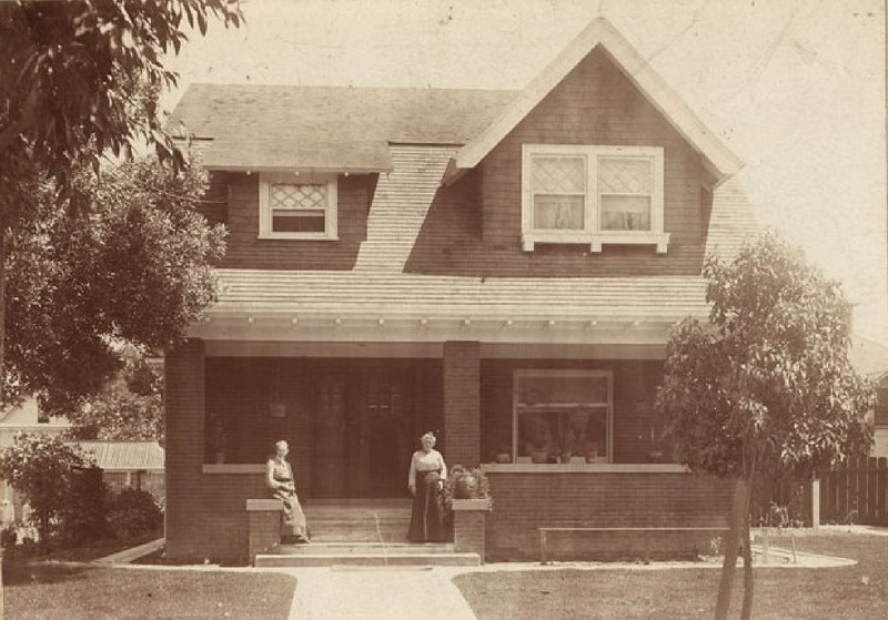 Women on the steps of the home of E.C. Shipley, 1904