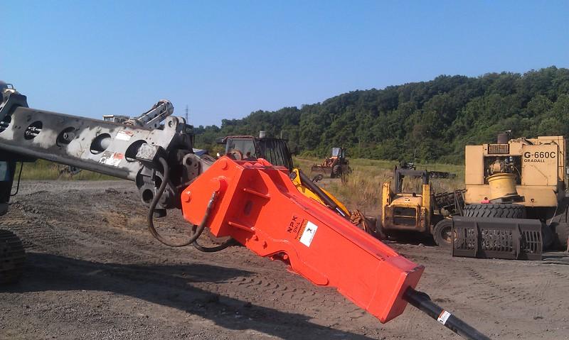NPK GH4 hydraulic hammer deskulling slag pot in steel mill(1).jpg