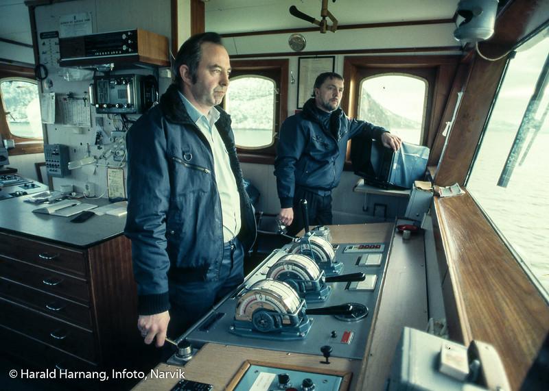 Mannskap ombord på ferje mellom Skarberget og Bognes. Bilde på broen.