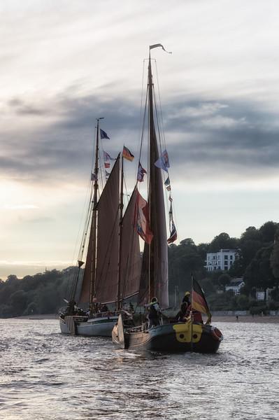 Traditionsschiffe auf der Elbe in Hamburg
