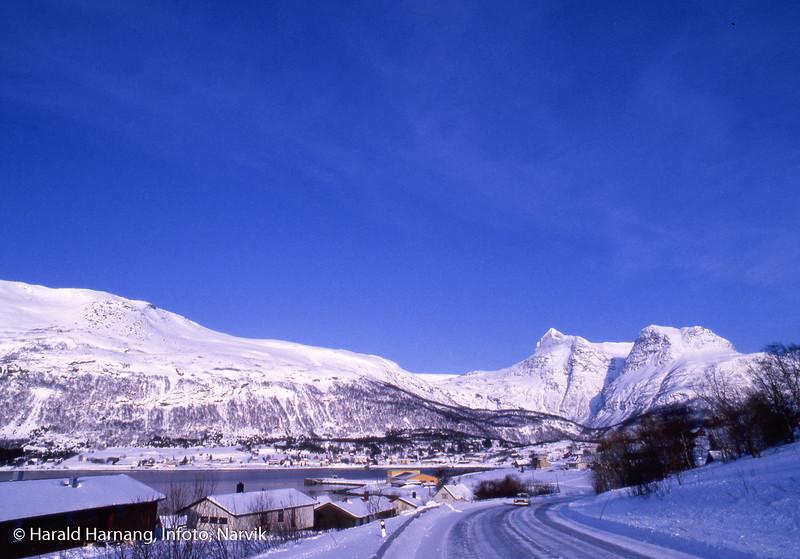 Bogen i Ofoten. Vinterbilde, tatt fra E10 nordover, med Niingen som karakteristisk spiss bak.