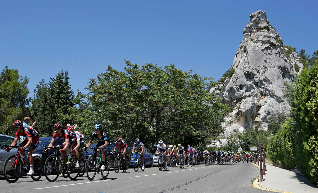 . The pack of riders cycles on its way during the 176.5 km fifth stage of the centenary Tour de France cycling race from Aix-En-Provence to Montpellier July 4, 2013.     REUTERS/Jacky Naegelen