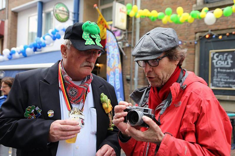 Van Café naar Café met rechts nog een van de fotografen, Nico van Hoorn