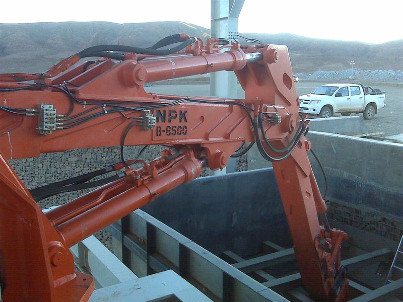 NPK B6500 pedestal boom system with GH12 hydraulic hammer-secondary rock breaking at grizzly crusher (1).jpg