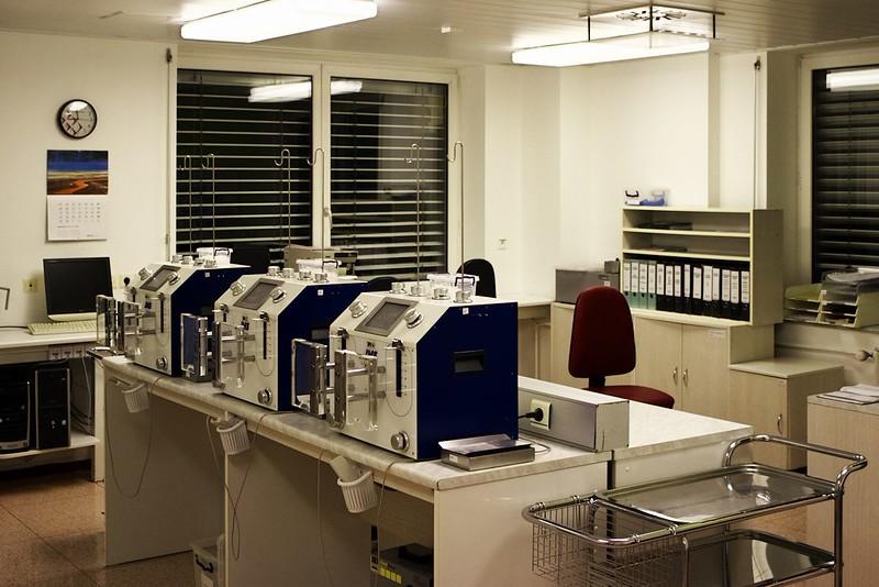 Část přístrojů na zpracování/vyšetření odebrané krve. Jejich účel jsem bohužel zapomněl...