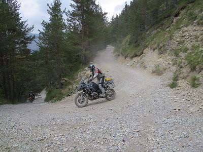 SG 5. Afdaling van Baisse de Peyrefique naar Casterino. Waanzin. Onmogelijk in omgekeerde richting. Zelfs afdalend was bijna onverantwoord. Als de steilte zichtbaar is op foto, dan is het op de moto beangstigend...