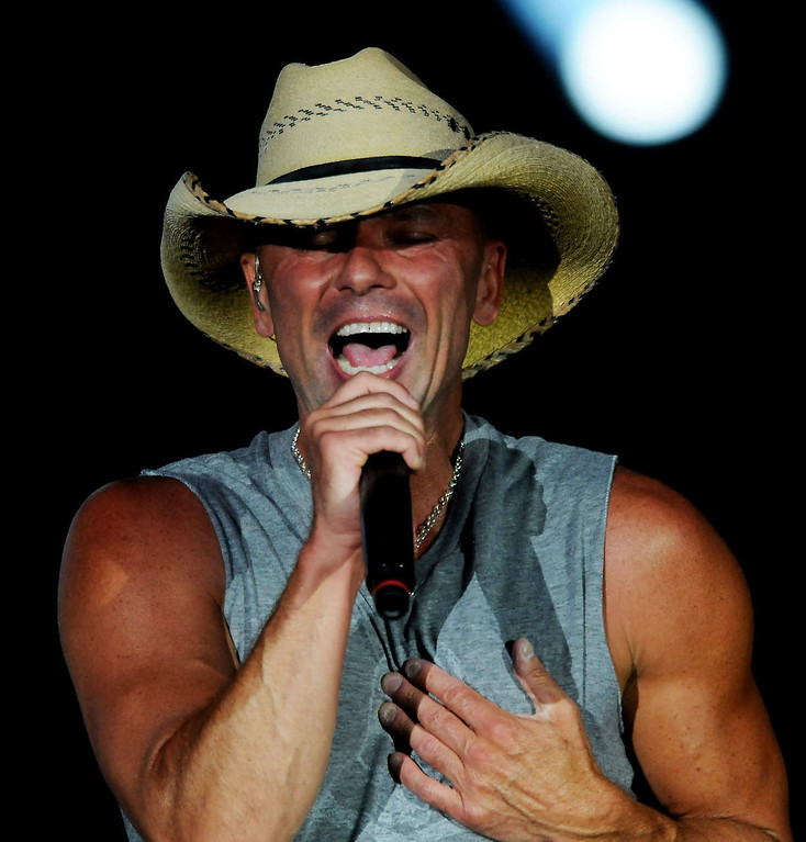 . Kenney Chesney sings to the record crowd at Target Field. (Pioneer Press: John Autey)