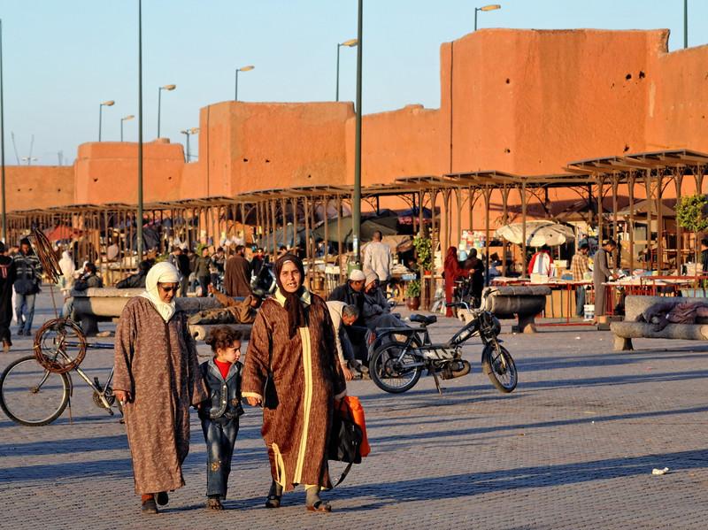 Spaziergängerinnen am Markt an der Stadtmauer von Marrakesch