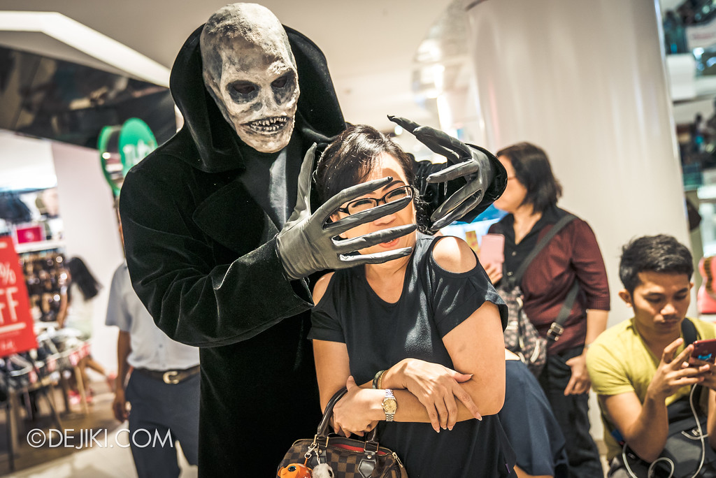Halloween Horror Nights 7 Before Dark 5 - Scare Actor Meet and Greet HHN7 Icons at Tampines Mall - Lord Obsession captures a mind