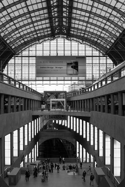 AntwerpTrainStationBW.jpg