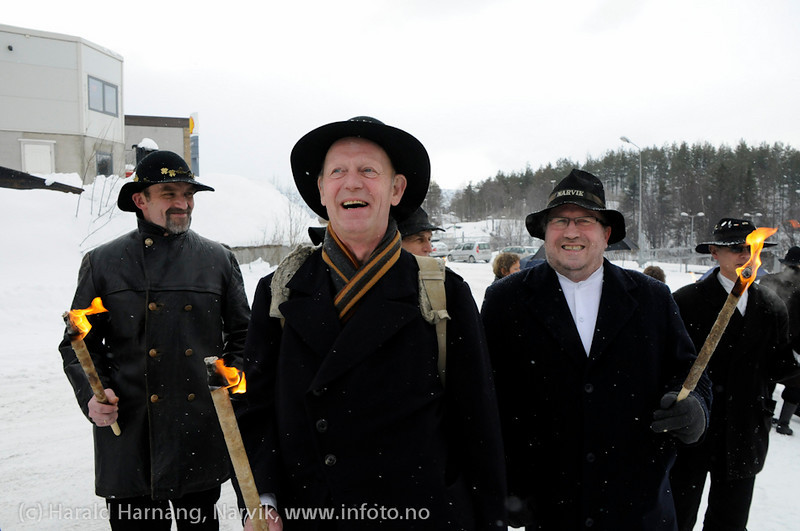 30.3.2011: Bekransning av Svarta Bjørnstatue. Fakkeltog fra Grand til SB-statue.