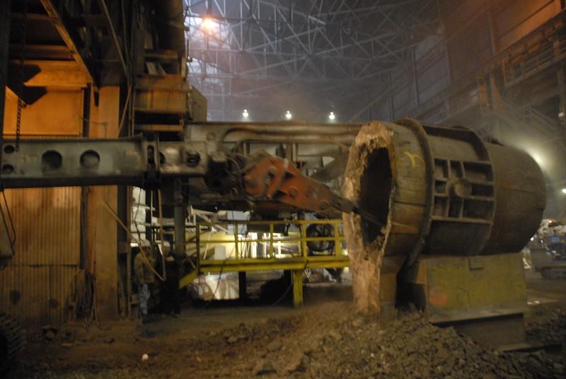NPK GH4 hydraulic hammer deskulling slag pot in steel mill(3).JPG