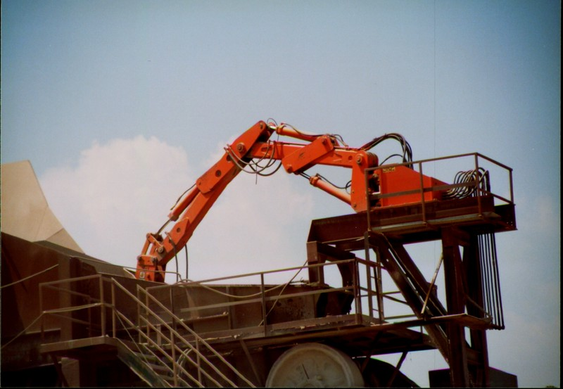 NPK B600 pedestal boom system-breaking bridged rock in quarry (Zanesville) 08-08-01 (2).JPG