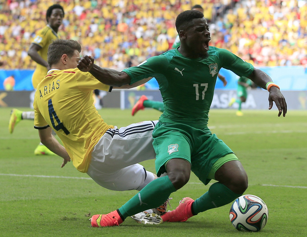 . Colombia\'s defender Santiago Arias (L) fights for the ball with Ivory Coast\'s defender Serge Aurier during a Group C football match between Colombia and Ivory Coast at the Mane Garrincha National Stadium in Brasilia during the 2014 FIFA World Cup on June 19, 2014. AFP PHOTO / ADRIAN DENNIS/AFP/Getty Images