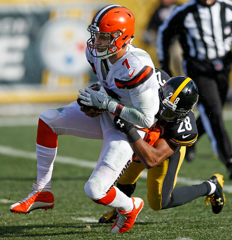 . Cleveland Browns quarterback DeShone Kizer (7) is sacked by Pittsburgh Steelers strong safety Sean Davis (28) during the first half of an NFL football game in Pittsburgh, Sunday, Dec. 31, 2017. (AP Photo/Keith Srakocic)
