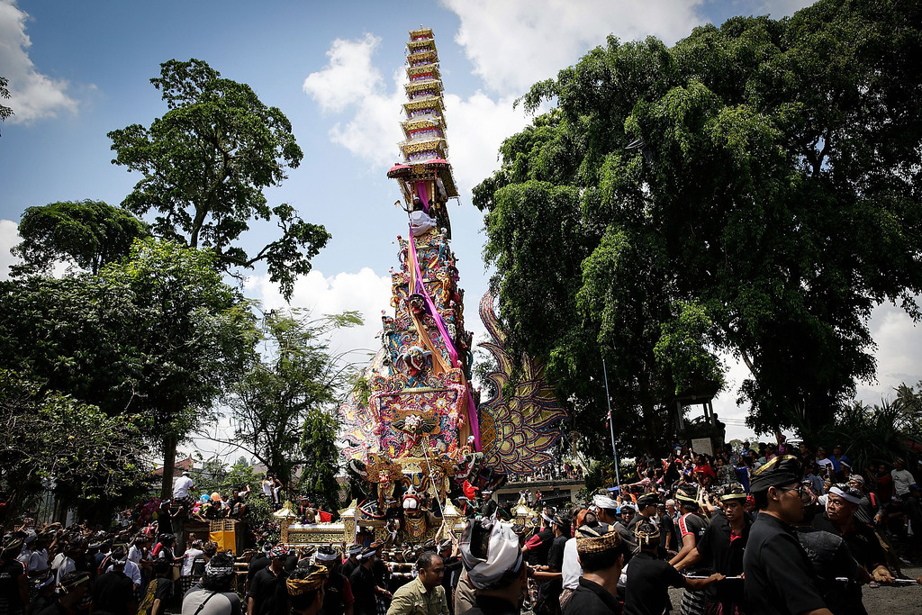 ". Ubud local carry the ""Bade\"" (body carrying tower) to a cemetery during the Royal cremation ceremony on November 1, 2013 in Ubud, Bali, Indonesia(Photo by Agung Parameswara/Getty Images)"