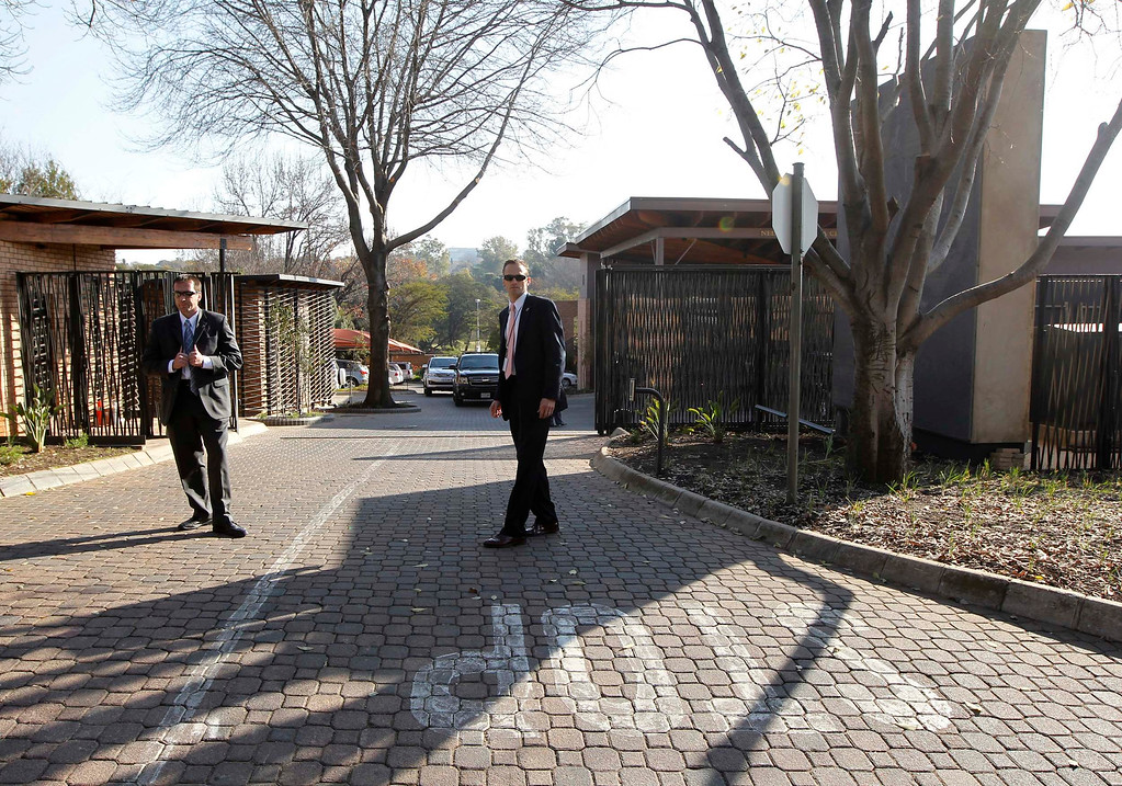 . U.S. Secret Service Agents stand guard outside the Nelson Mandela Centre of Memory in Johannesburg June 29, 2013. U.S. President Barack Obama met with family members of ailing former South African leader Nelson Mandela in Johannesburg on Saturday.     REUTERS/Jason Reed