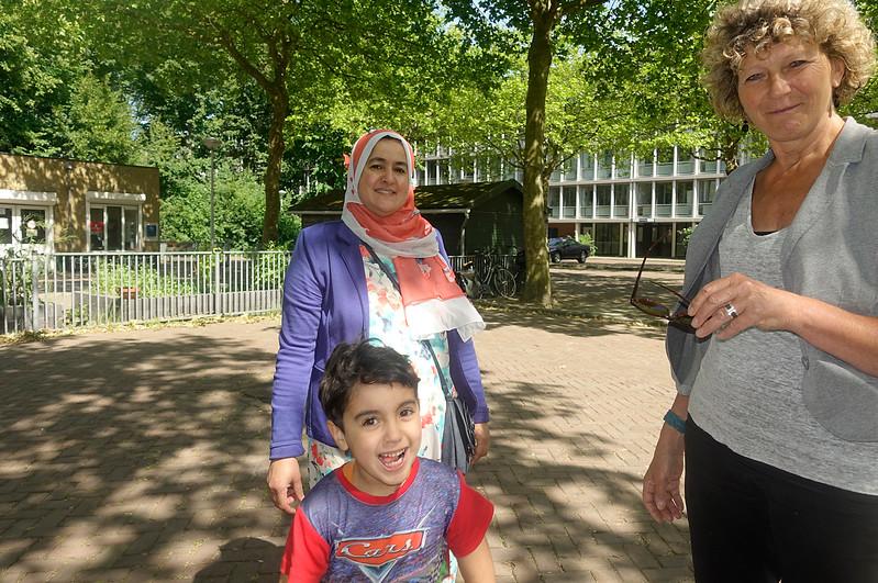 Nederland, Amsterdam, Henny den Hartog met vrijwilligster Karima en haar zoon Mohamed bij het Breedhuis, 13 juni 2017, foto: Katrien Mulder