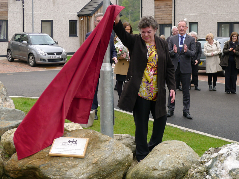 Dunbritton_Bruce_Court_Opening-plaque-unveil.jpg