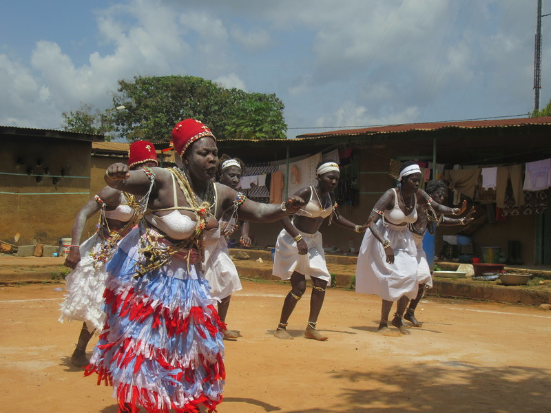 033_Aniassué. L'École des Femmes Fétiches Komians. 19 de 20. Les Danses Komians. Faire venir les Génies, les Esprits. Sentir le Vent.JPG