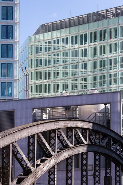 Spiegel Gebäude und Wasserstofftankstelle Brücke Poggenmühle