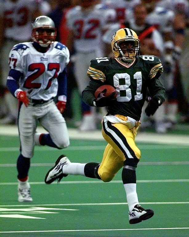 . Green Bay Packers\' Desmond Howard (81) returns a 99-yard kickoff return against the New England Patriots during the third quarter of Super Bowl XXXI Sunday, Jan. 26, 1997, in New Orleans. Patroit\'s Mike McGruder follows the play. (AP Photo/Amy Sancetta)