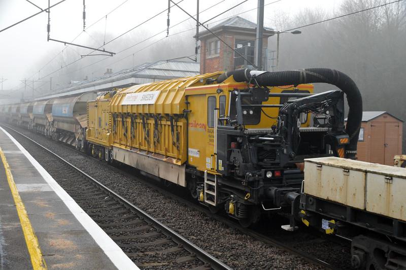 Railvac No4 709515004-8 passing Hertford North on 6L37 Hoo-Whitemoor   28/12/16