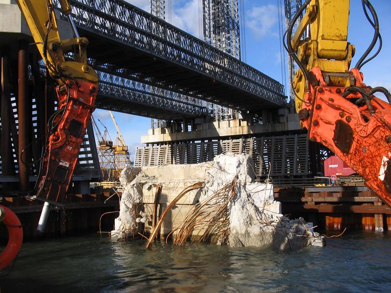 NPK GH18 hydraulic hammer on excavator breaking rock underwater (2).jpg