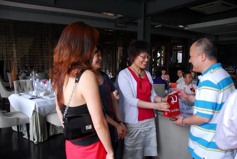 Yang Juan, Yang Hua and Liu Yiwen congratulating WJ