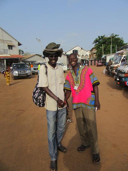 036_Banjul. A gauche, un Wollof et à droite, mon guide, un Mandrika.JPG