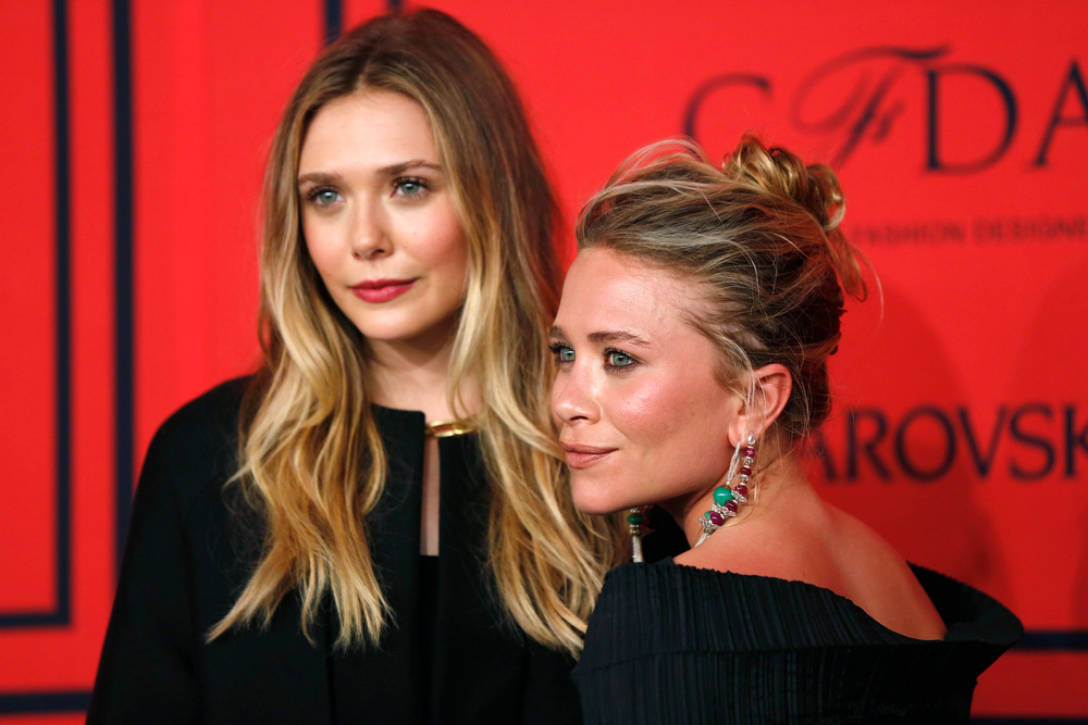 . Actresses Elizabeth Olsen (L) and Mary Kate Olsen arrive at the 2013 Council of Fashion Designers of America (CFDA) awards in New York June 3, 2013.  REUTERS/Lucas Jackson