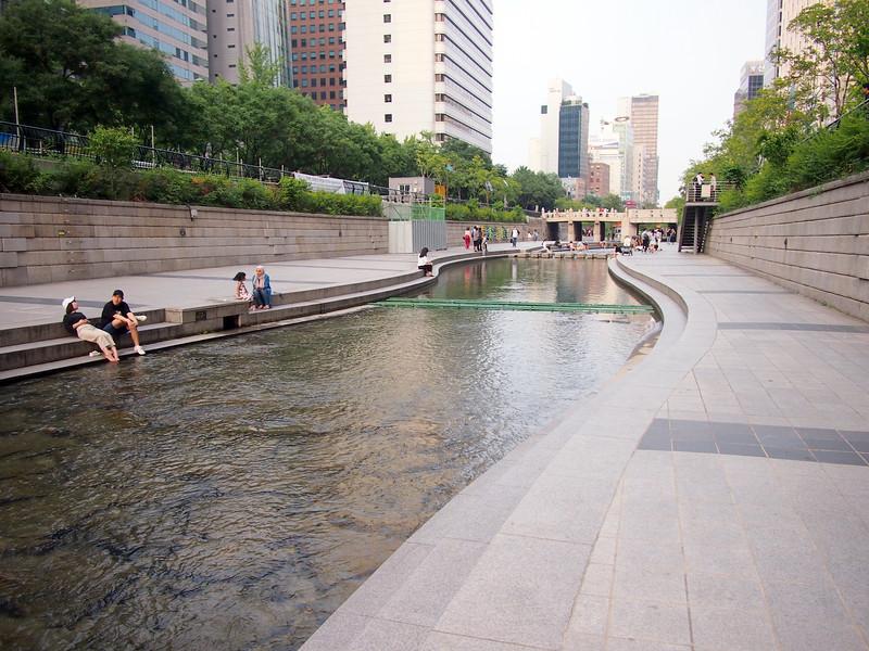 P6283967-cheonggyecheon-stream-walk.JPG