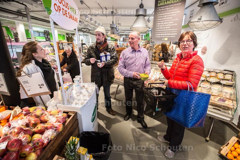 nieuwe ekoplaza (voorheen natuurwinkel meijer) geopend aan de damlaan. eigenaar rob meijer (2e v rechts) - LEIDSCHENDAM 9 APRIL 2015 - FOTO NICO SCHOUTEN