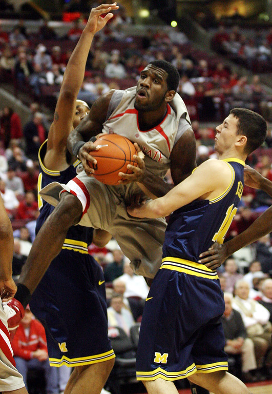 . Ohio State\'s Greg Oden, center, pulls down a rebound between Michigan\'s Courtney Sims, left, and Reed Baker during the first half of a basketball game, Tuesday, Feb. 6, 2007, in Columbus, Ohio. (AP Photo/Terry Gilliam)