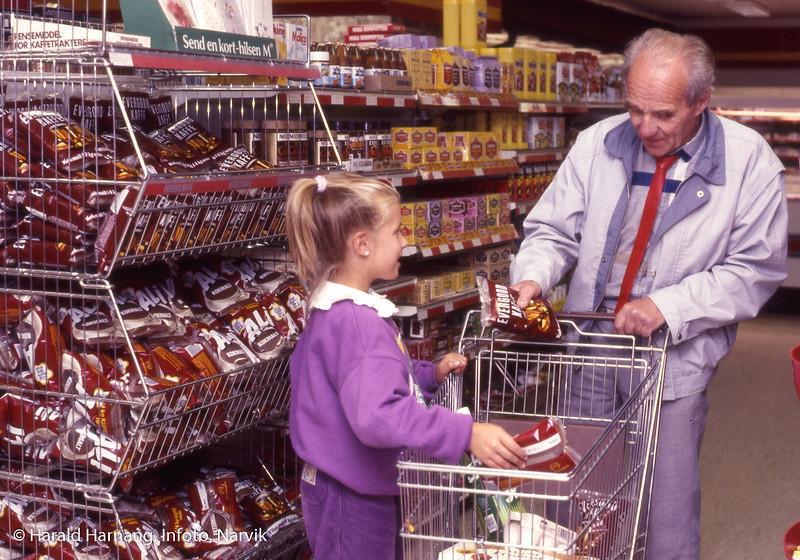 Foto tatt til lysbildeprogram om Kr. Hansen engros. På bildet far til Magne Schille og eldste datter.