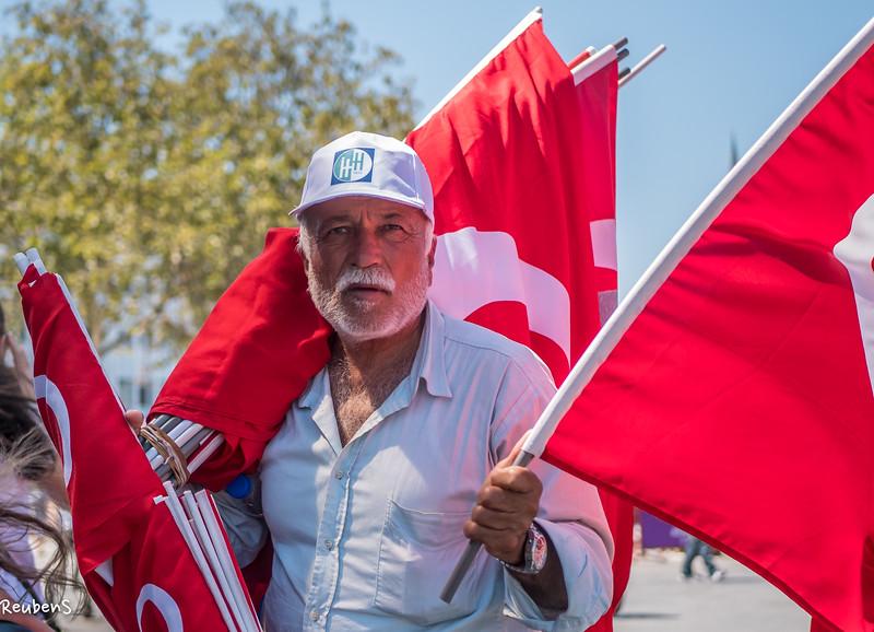 Flag  seller in  Istanbul.jpg